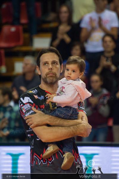 Goran Vujevic con la figlia durante il minuto in ricordo di Stephan