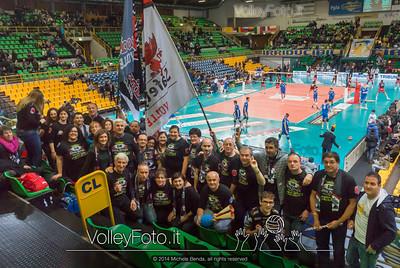 Foto di gruppo per i tifosi di Perugia in trasfera al PalaCasaModena