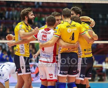 Modena, abbraccio