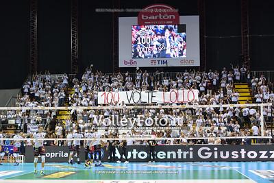 """""""100 Volte Lollo"""". striscione dei Sirmaniaci per la 100ª presenza in panchina. Lorenzo BERNARDI"""