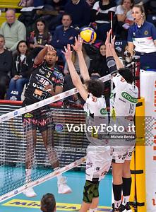 Wilfredo LEON VENERO, attacca contro il muro avversario