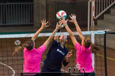 Valentina Rania (Scandicci) attacco, Catia Ceppitelli e Elisa Mezzasoma (Bastia) muro