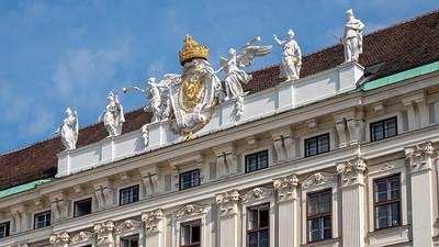 Statues, blasons et trophées sur tous les toits.