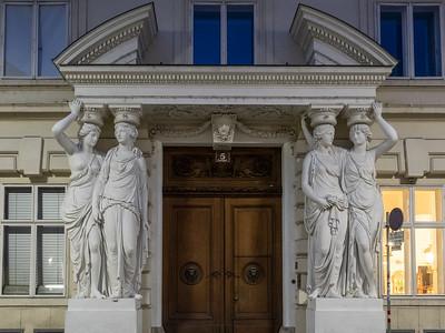 Les imposantes cariatides du palais Pallavicini (fin XVIIIe s.)