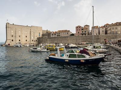 Le vieux port au pied des murailles