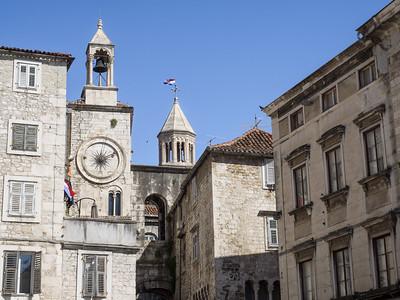 La tour de l'horloge sur la place du Peuple