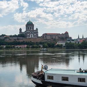 Le fleuve passe au pied de la basilique d'Esztergom