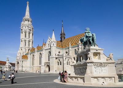 L'église Mathias et la statue équestre du roi Saint-Étienne