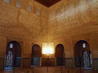 La splendeur de la salle des Ambassadeurs et ses claustras offrant de savants contre-jours