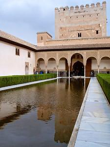 Le patio de los Arrayanes, surplombé par la tour de Comares