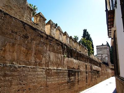 Le mur d'enceinte du palais de l'Alcazar