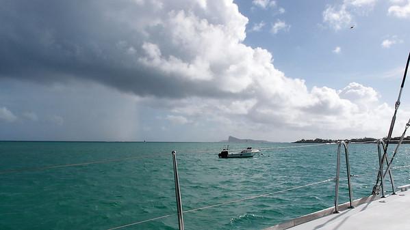 Destination : l'île Plate, à gauche de celle bordée par une haute falaise
