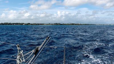 La côte de l'île Maurice s'éloigne : mer bleue...