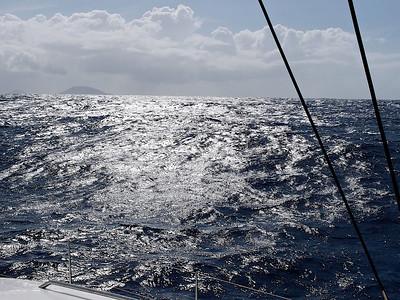 Passé le Coin de Mire, la houle de l'océan se fait sentir et le vent force...