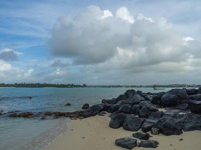 Grand Baie - Plage aux rochers de basalte