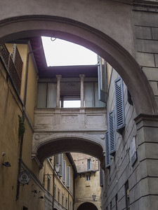 Corridor reliant deux maisons