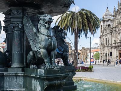 Une imposante fontaine