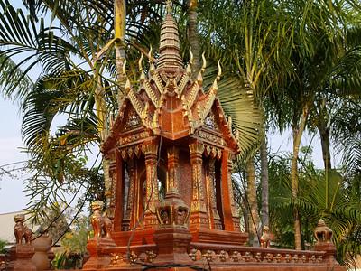 Le traditionnel petit temple à l'entrée de chaque demeure thaï