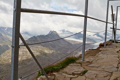 """""""Balkon"""" voor langs het Ramolhaus. Het hekje geeft iets meer zekerheid om vallen te voorkomen... Wel koud hoor, ca. 8 °C..."""