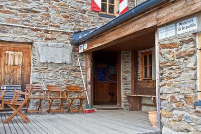 De ingang van het Ramolhaus. Niemand op het balkon bij deze temperaturen, maar allemaal binnen bij de houtkachel!!