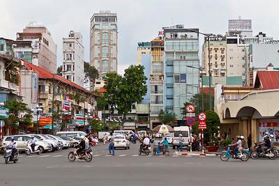 Rechterhoek is weer een hoek van de Ben Thanh markt. Verder in de achtergrond allemaal hotels, maar of die nou zo modern zijn?!
