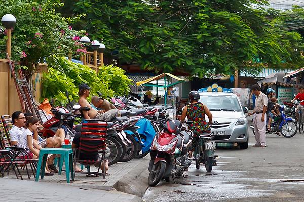 Ho Chi Minh City: stad met 10 miljoen inwoners en 5 miljoen motorfietsen... Groot verschil tussen arm en rijk.<br /> Je ziet regelmatig een man liggen te luieren op zijn motorfiets, hier ook zo iemand iets links van het midden. Moet je toch een goed evenwichtsgevoel hebben lijkt mij!