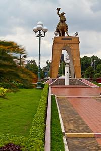 Dit beeld staat op de rotonde voor de Ben Thanh markt.