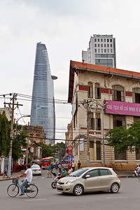 Uitzicht vanaf de rotond bij de Ben Thanh markt. Opvallend, zo'n moderne toren zou ook passen in Amsterdam of Parijs, maar hier?!
