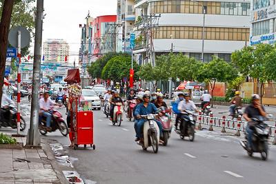 Heb je een leuk rood karretje met spulletjes die je wil verkopen, maar moet je wel over dezelfde weg als al die motorfietsen en auto's!!! Niet vreemd dat er elke dag wel een aantal mensen in het verkeer overlijden, alhoewel wij geen enkel ongeluk gezien hebben.