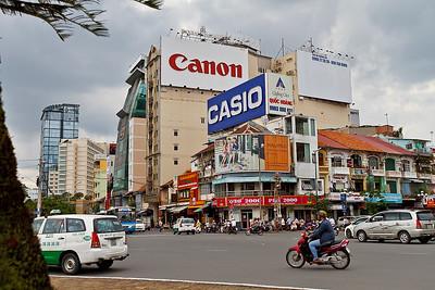 Ik sta hier op een rotonde tegenover de bekendste bezienswaardigheid van Ho Chi Minh City, de Ben Thanh markt. Deze  werd opgericht tijdens de Franse bezetting in de 19e eeuw, en in 1899 verplaatst naar deze locatie.