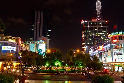 In deze straat staat ons hotel, wat verderop aan de rechterkant maar hier op de foto niet te zien. Wel volop neonreclame.