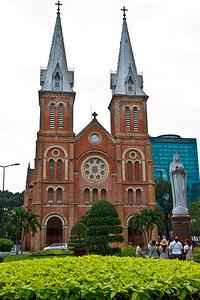 De Notre Dame in Ho Chi Minh City. Een stuk kleiner dan het origineel in Parijs, en volgens de chauffeur van het hotel gemaakt van stenen die speciaal hiervoor geimporteerd zijn vanuit Versailles?!