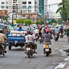Met z'n allen wachten voor het stoplicht. Ook wat van die brommobielen (?) op de weg zoals dat blauwe geval op deze foto.