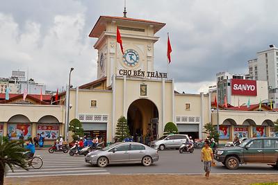 De Ben Thanh markt staat nu op het kruispunt van Le Loi, Ham Nghi en Tran Hung Dao Avenue - het centrum van de stad. Bijna alle wegen in de stad zijn aangesloten op de markt. De hoofdingang van de markt is deze gele klokkentoren, dat wordt het symbool van de stad. In de markt  heb je allemaal kleine kraampjes met kleding, electronica, eten etcetc. Er wordt constant naar je geroepen dat je hier of daar iets moet kopen, en men stoot je aan omdat je mee moet komen! Vind ik nou niet zo prettig, we zijn dan ook maar even binnen geweest.