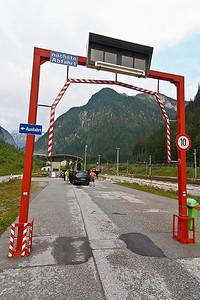 Probleempje... Verkeerd uitgekomen bij Felbertauerntunnel, dan maar alternatieve route met ineens een treinverbinding, de Tauernbahn... Goed voor elkaar, even wachten en dan per trein naar de goede kant voor het begin van de huttentocht, naar Hinterbichl