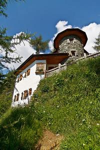 De Stabanthütte van de dalkant uit gefotografeerd