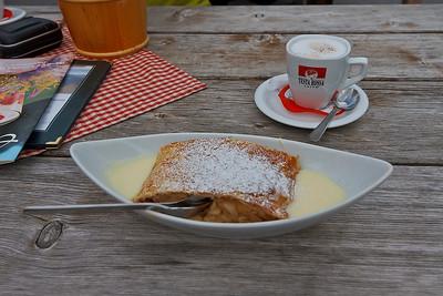 Apfelstrudel in vanillesaus, goed van smaak met lekkere koffie :)