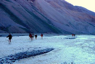 Tôt le matin, il faut traverser la rivière...
