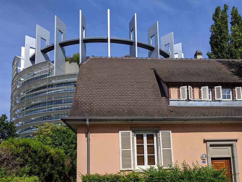 Le Parlement européen et la cité-jardin Ungemach. Strasbourg. Juillet 2020