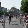 Le dimanche matin il y a course de vélo dans Berlin à notre grande surprise, Jean est ravi.