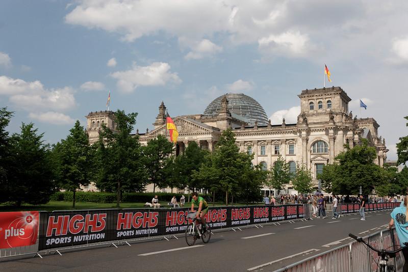 Nous faisons la file pour l'achat de billets pour la visite du Reichstag.