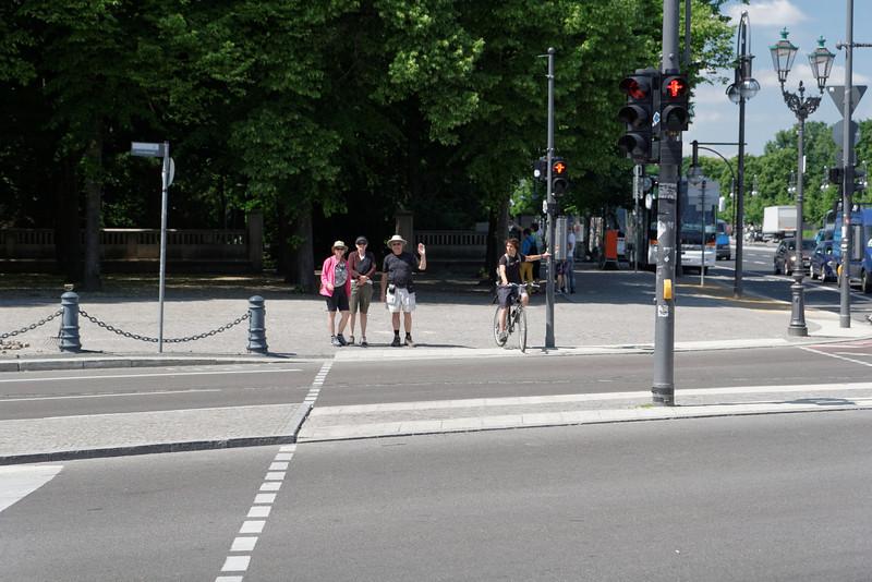 Jean est sur le bon côté de la rue pour la visite suivante