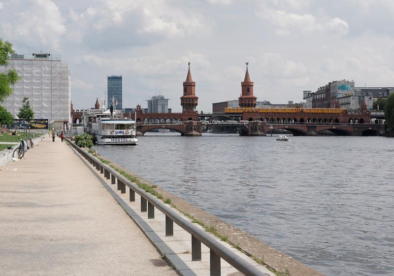 Nous nous apprêtons à prendre notre bateau-mouche.Derrière le Oberbaumbrücke,