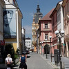 Contraste : vieille ville avec publicité récente placardée sur bâtisse ancienne