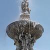 Gros plan sur la fontaine de Samson de la place