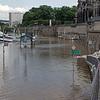 Les inondations sont encore présentes : les bateaux-mouches sont plus haut que la rue noyée sous l'eau de l'Elbe.