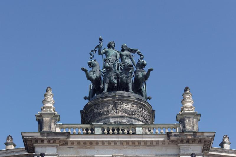 Détail Opéra de Dresden mais avec un fond de ciel bleu
