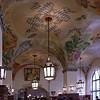 C'est le plafond de la  brasserie Hofbrauhaus pas celui d'une église.