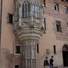 Un immeuble pour le moins ordinaire avec une tourelle détaillée! On la dirait plaquée contre ce mur.