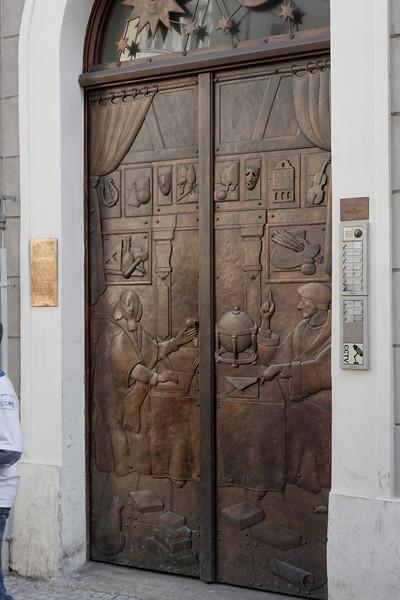 Porte de bronze avec de multiples détails